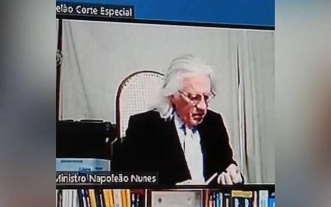 Napoleão Nunes Maia, do Supremo Tribunal de Justiça (STJ), lixando e roendo unhas