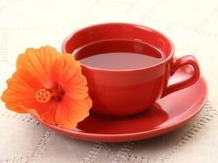 Chá de hibisco: estimula a queima de gordura corporal e combate a retenção de líquido