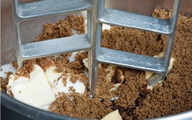 batedeira misturando os ingredientes do cookie