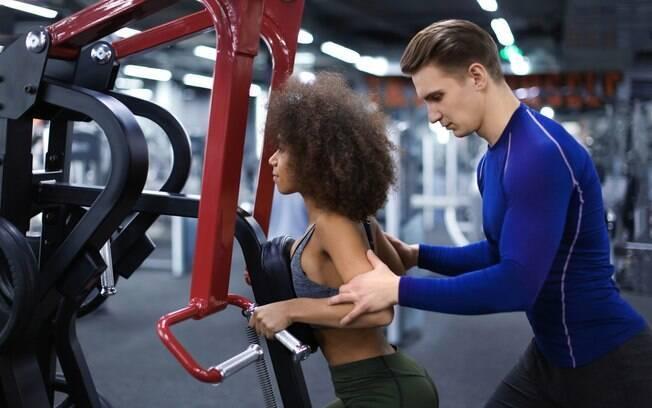 Não adianta querer fazer o mesmo treino de musculação daquela influenciadora que você segue, principalmente se vocês estiverem em um nível de preparo diferente, já que o treino ideal leva em consideração as características de cada um