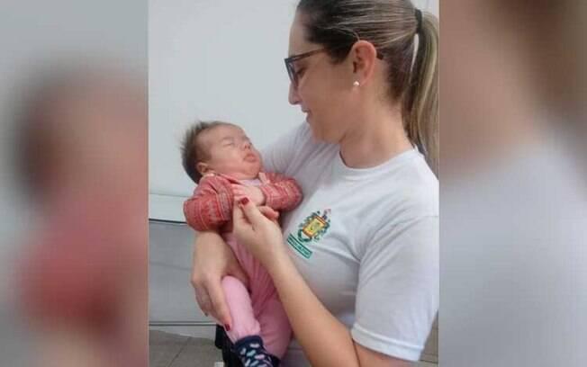 Após salvar a vida da bebê, a policial foi visitá-la