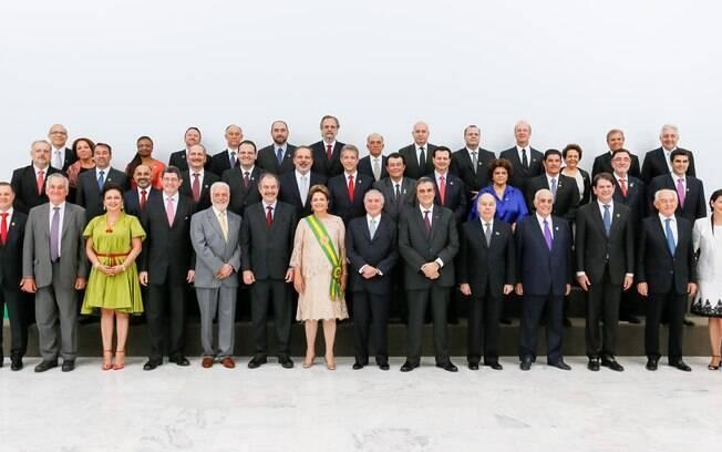Dilma posa ao lado dos 39 ministros de Estado