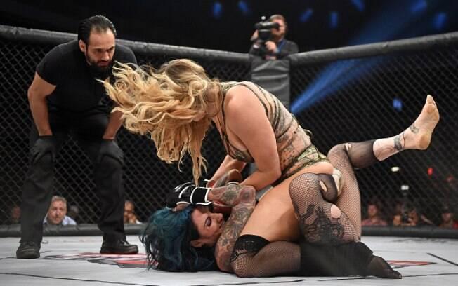 O LFC é uma mistura de MMA com WWE e as lutadoras usam apenas lingerie nos combates. Foto: Ethan Miller/Getty Images