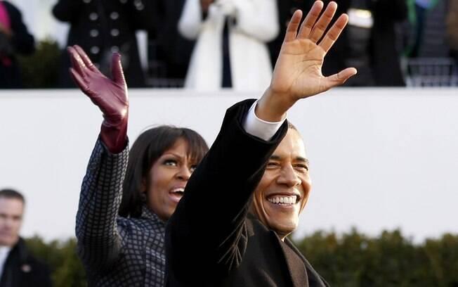 Presidente dos EUA, Barack Obama, e sua mulher, Michelle, caminham depois de sair de limousine durante parada da posse (21/01/2013)