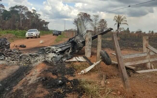 Avião destroçado após explodir na fronteira de MT e Bolívia