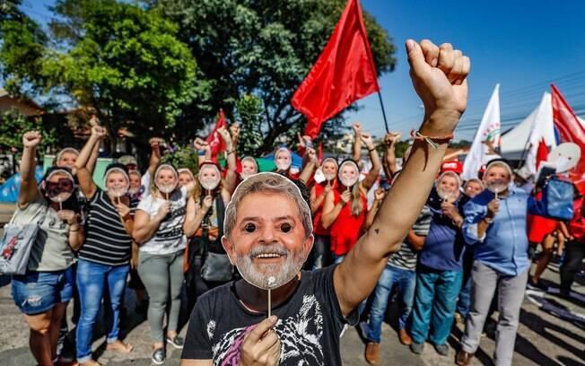 Acampamento em apoio ao ex-presidente Lula próximo à sede da PF em Curitiba, onde o petista está preso