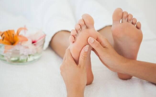 Além do escalda pés, uma massagem relaxante é bem-vinda nesse momento. Ela pode ser feita em casa, com o uso de alguns cremes à base de cânfora ou arnica, ou por especialistas, com a técnica da reflexologia