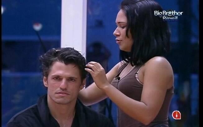 Jakeline faz o cabelo do Líder João Maurício