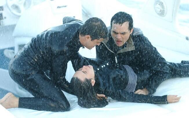 Fred (Paulo Vilhena) e Olavo (Wagner Moura) salvam Paula (Alessandra Negrini) em