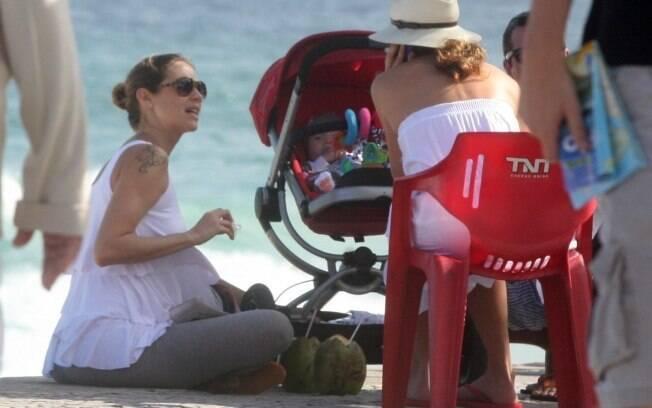 Luana Piovani faz uma parada para tomar água de coco