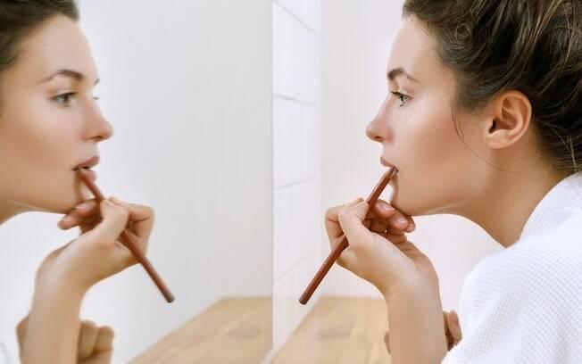 Usar lápis de boca pode te ajudar a não cometer um dos erros de maquiagem mais comuns e manter o batom no lugar