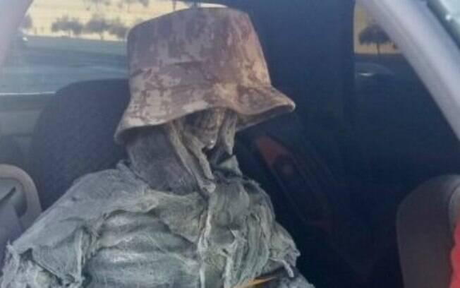 Motorista tentou usar esqueleto como passageiro para ter direito de trafegar em faixa exclusiva