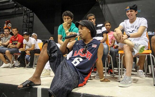 Ronaldinho Gaúcho conversa com os jovens na  visita