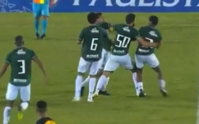 VÍDEO: Jogadores do Guarani trocam socos e são expulsos de partida