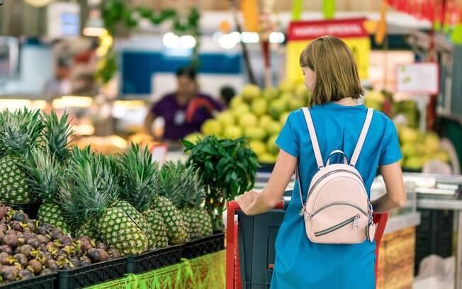 Na hora de fazer a lista de compras é importante pensar na quantidade e duração dos alimentos