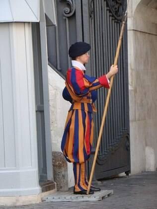A guarda suíça, com seu uniforme colorido, faz a segurança da cidade-Estado