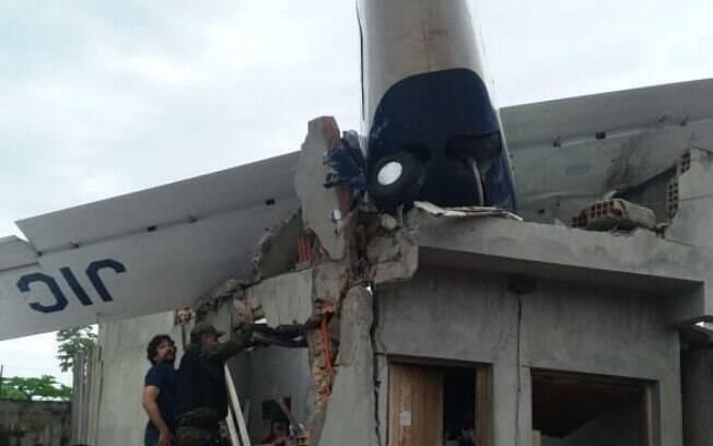 Avião caiu dentro de uma residência na rua Ferreira Filho, próximo a um residencial, ao lado da delegacia do Benguí