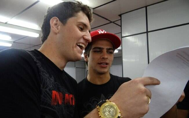 Bernardo Mesquita ajuda o goleiro Rafael a decorar suas falas