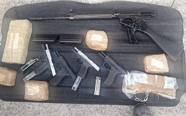Um Fuzil 7.62, quatro pistolas 9mm, 1.440 munições e R$8.400,00 apreendidos com as duas criminosos