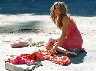 Ester é jogada na calçada junto com seus pertences