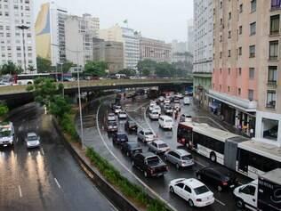 Temporal fecha avenidas em SP