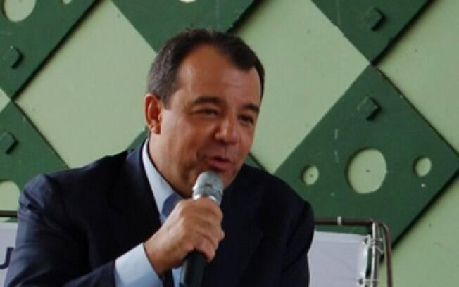 homem de terno falando em microfone