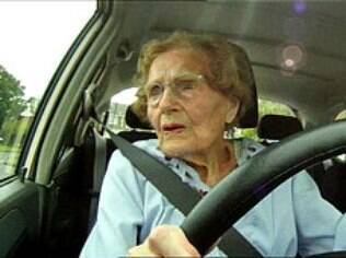 Peggy Hovell, de 100 anos de idade e ainda no volante