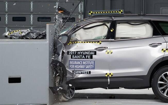 Após receber um reforço na estrutura quando passou pelo facelift, o Hyundai Santa Fe foi bem avaliado no teste de colisão do IIHS.