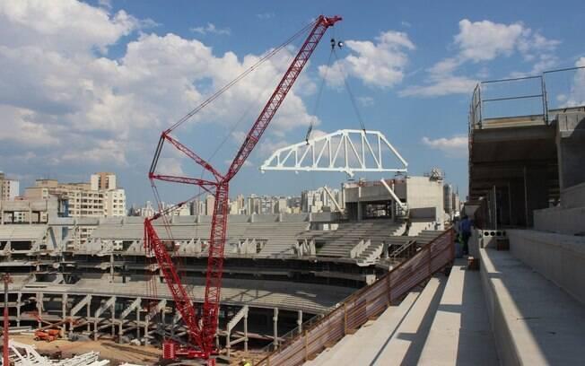A primeira treliça da cobertura da Arena  Palestra foi instalada no dia 31 de outubro