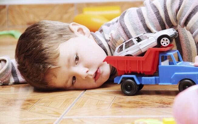 Fascínio por brinquedos que rodam ou por rodinhas dos brinquedos é uma das características observadas em crianças autistas