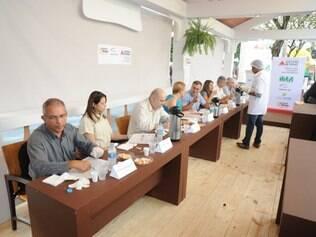 A comissão julgadora teve oito integrantes e avaliou os queijos com os critérios: apresentação, cor, textura, consistência, paladar e olfato
