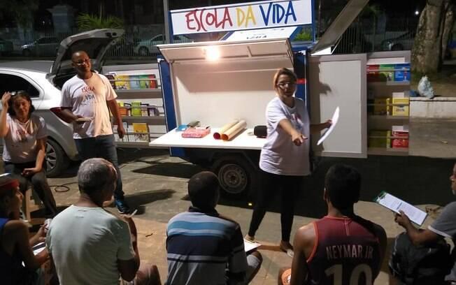 Oficinas da Escola da Vida acontecem durante o dia e à noite em espaços públicos de Olinda