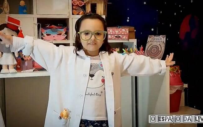 Lívia tem seis anos e, com o auxílio dos pais, produz seus vídeos em casa.