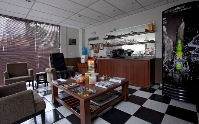 Ambiente da Barberia Clube possui até uma geladeira de cerveja
