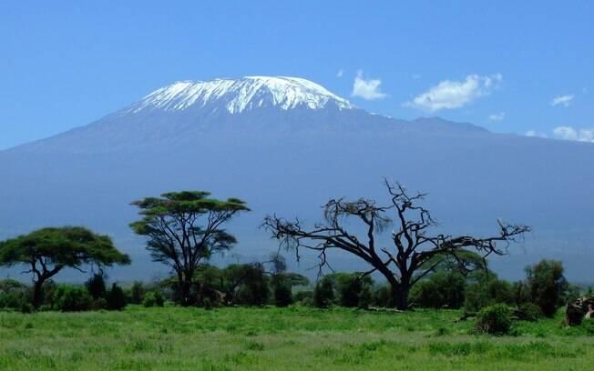 Com 5,8 mil metros de altitude, o Monte Kilimanjaro é o ponto mais alto do continente africano