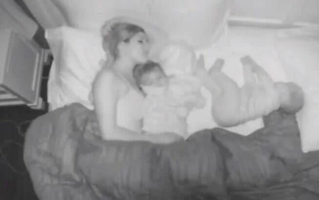 Na legenda do vídeo Melanie fala sobre a dificuldade de conciliar uma noite bem dormida com o cuidado dos filhos