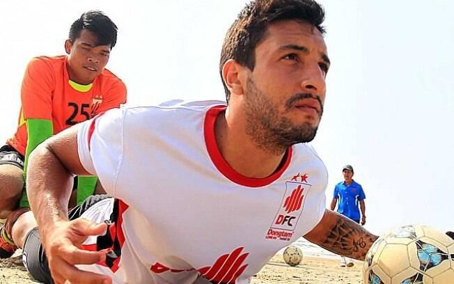 Rafael Lima durante o treino da equipe na praia