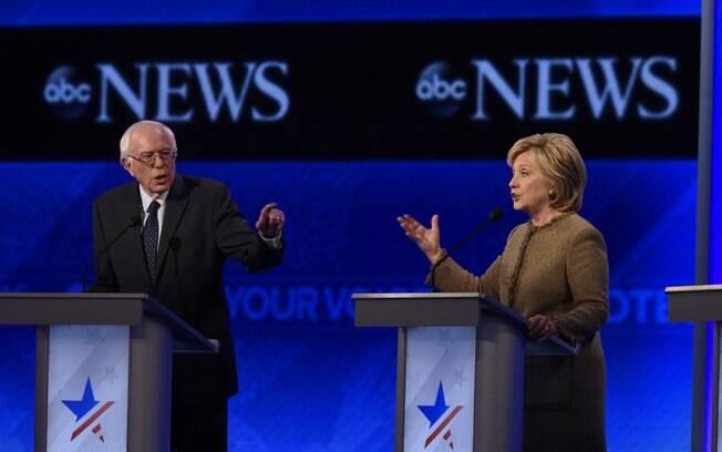 O governador socialista Bernie Sanders em debate com a ex-secretária Hillary em New Hampshire