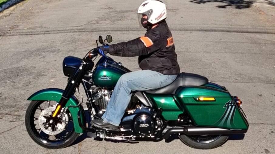 Nome agressivo Snake Venom indica que essa Harley-Davidson Road King Special tem cor especial.