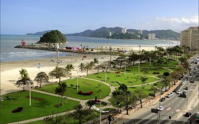A Praia do José Menino é a mais próxima de São Vicente dentre as praias de Santos, e reúne os entusiastas do surfe