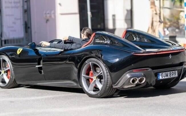 Seu estilo remete às Ferrari dos anos 50 e 60, monoposto na Monza SP1 e biposto na Monza SP2