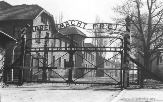 Fachada da entrada de Auschwitz, na cidade de Oswiecin, após o fim da II Guerra Mundial: centenas de milhares de vítimas. Foto: Auschwitz-Birkenau Memorial and Museum