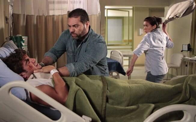 Griselda luta com bandido para salvar Antenor da morte em