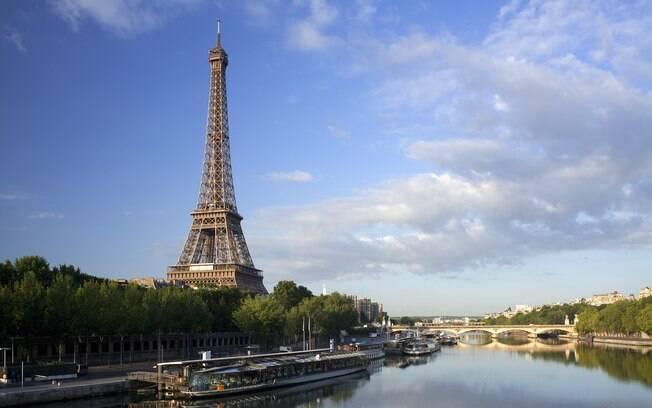 Símbolos de Paris: torre Eiffel e rio Sena