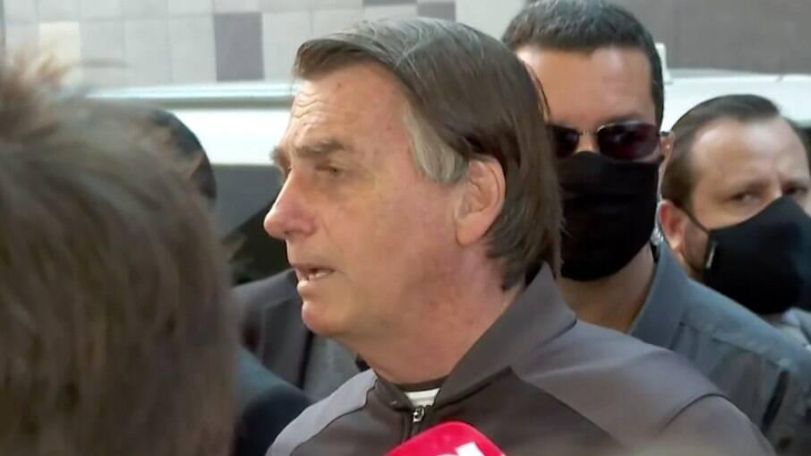Jair Bolsonaro (sem partido) em entrevista com jornalistas neste domingo (18)