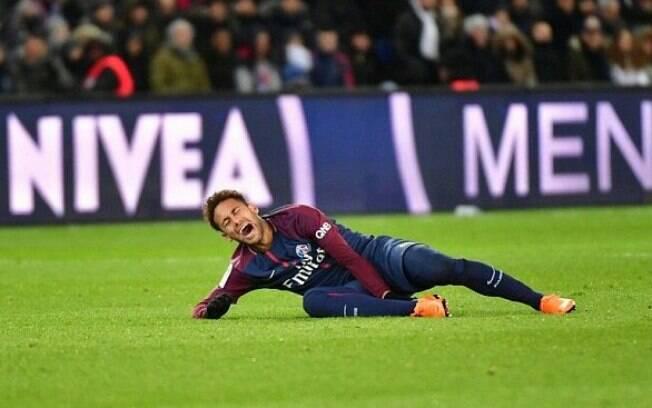Neymar machuca o tornozelo pelo PSG