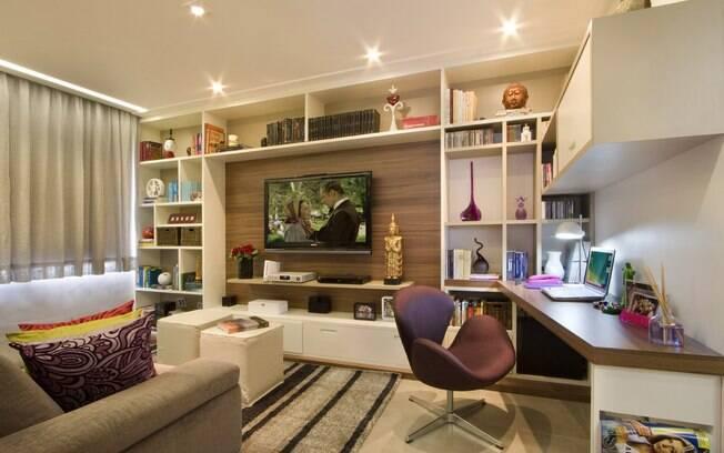 Sala Tv E Home Office ~ Na parede que leva à cozinha, uma bancada faz as vezes de escritório
