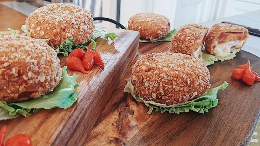 Sanduíche de Tomate, leva dois tipos de queijo e ingredientes simples, fica uma delicia