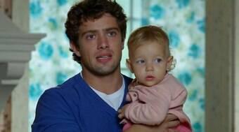 Júlia engole uma moeda e Rodrigo se desespera