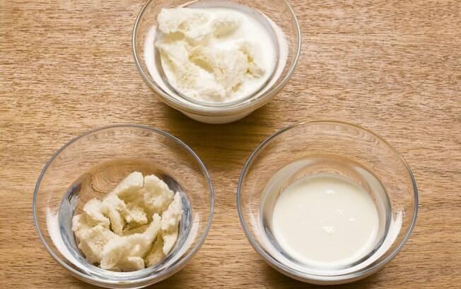 Umedecer o miolo do pão com o leite